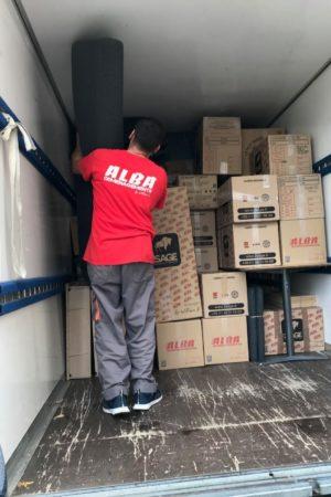 Chargement d'un camion de déménagement. Déménageur Alba